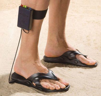 wykrywacz metalu w klapkach na plażę