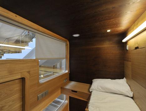mała sypialnia na szybką drzemkę