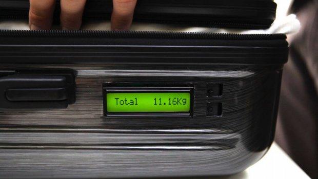 walizka z licznikiem wagi przydatne w podróży przy pakowaniu