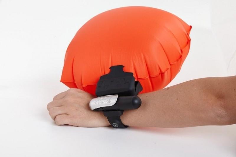 wiok z boku balon bezpieczeństwa na wodzie