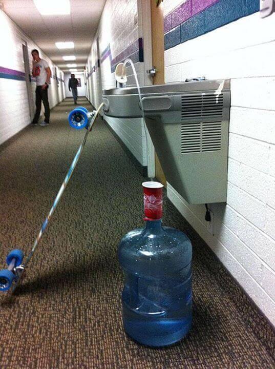 kilku stopniowa kombinacja nalewania wody do duzej butelki