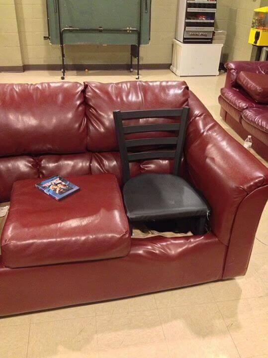 krzesło w popsutej kanapie