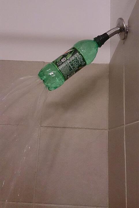 prysznic z podziurawionej butelki