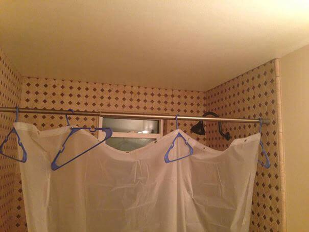 zaslona prysznicowa z wieszakow