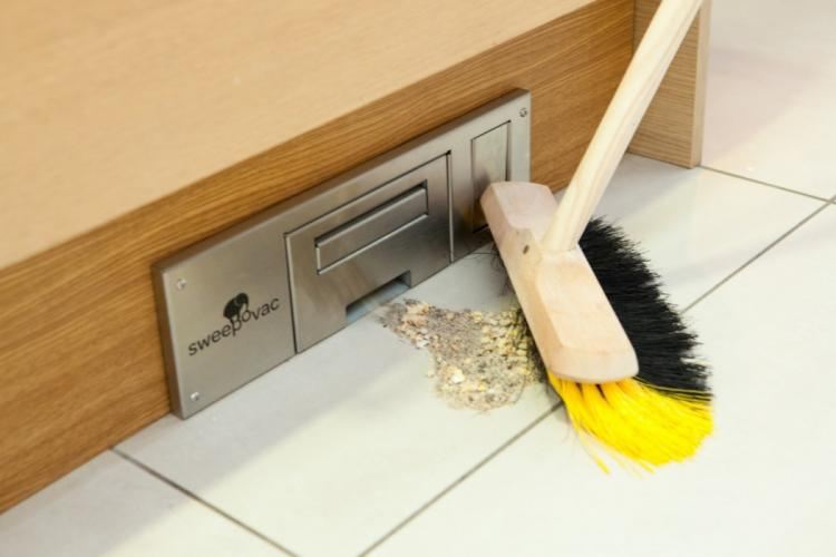 odkurzacz przy podlodze w szafce